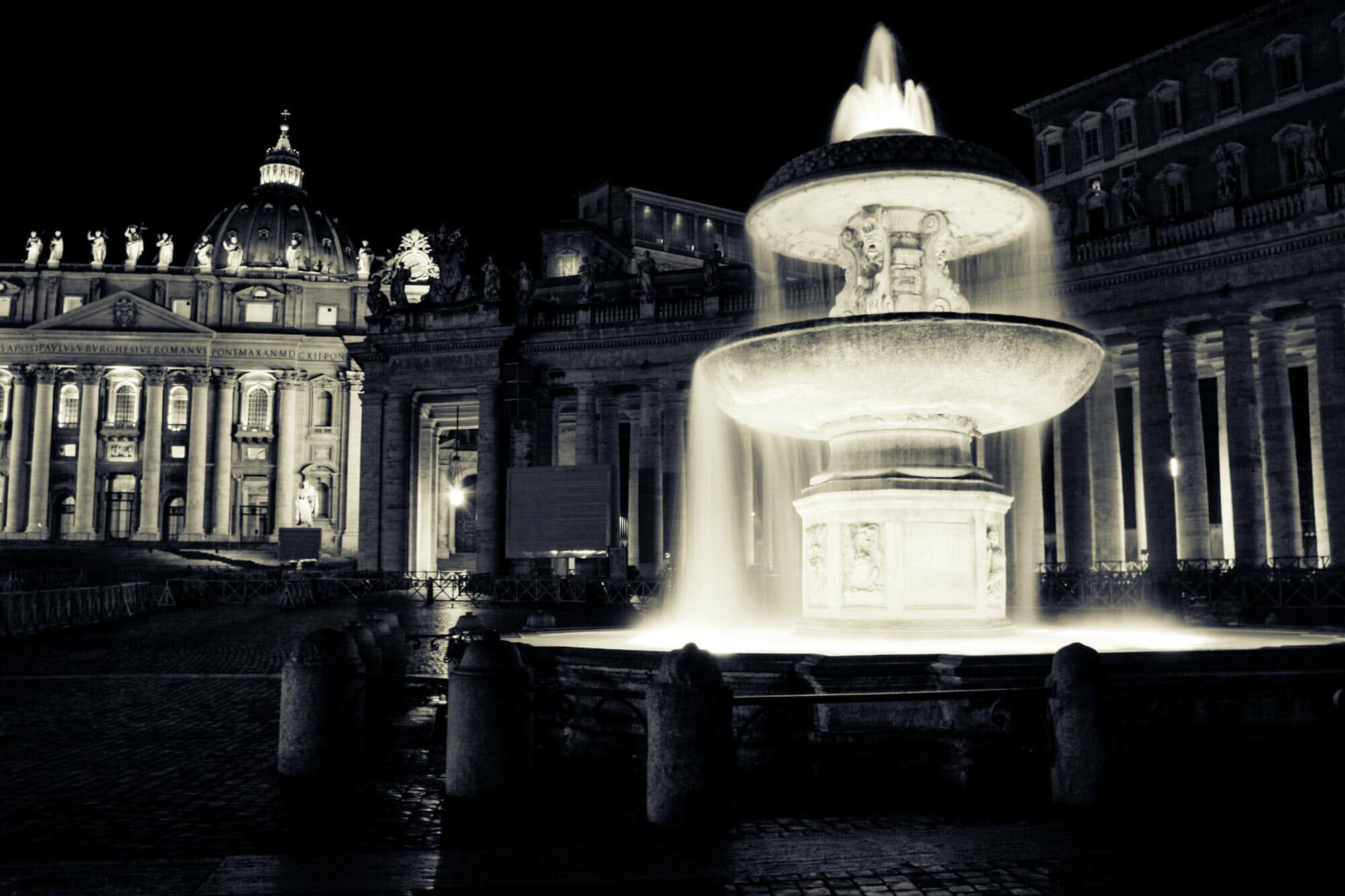 Fontana in Piazza San Pietro con Basilica sullo sfondo
